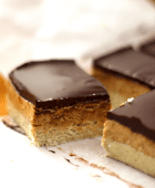 Healthy Peanut Butter and Dark Chocolate Shortbread Bars (refined sugar free, high protein, gluten free) -- Healthy Dessert Recipes at Desserts with Benefits