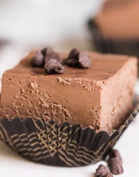Healthy Vegan Dark Chocolate Fudge (refined sugar free, low carb, gluten free, dairy free) - Healthy Dessert Recipes at Desserts with Benefits