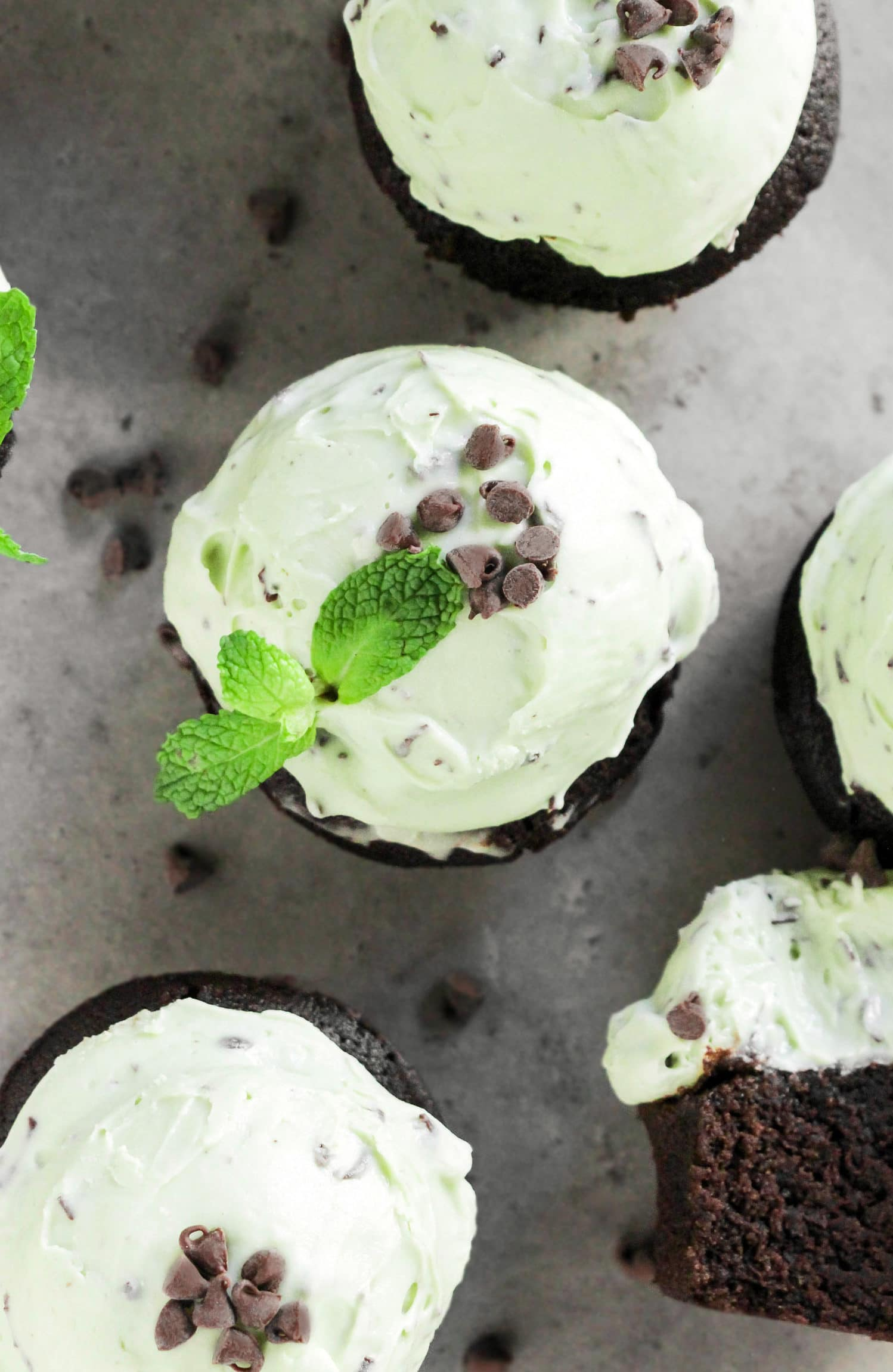 These Mint Chocolate Cupcakes are where mint chocolate chip ice cream and chocolate cupcakes COLLIDE! On top of super soft, moist, and rich chocolate cupcakes, we've got the fluffiest mint frosting studded throughout with chocolate shards. Healthy Dessert Recipes at the Desserts With Benefits Blog (www.DessertsWithBenefits.com)